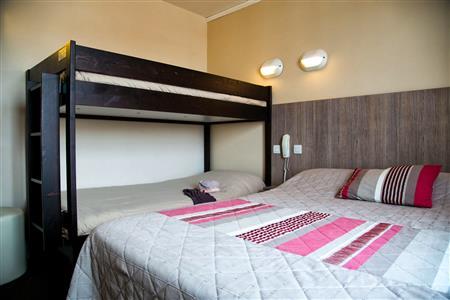 hotel vue mer yeu chambres d 39 hotel port joinville hotel des voyageurs ile d 39 yeu. Black Bedroom Furniture Sets. Home Design Ideas