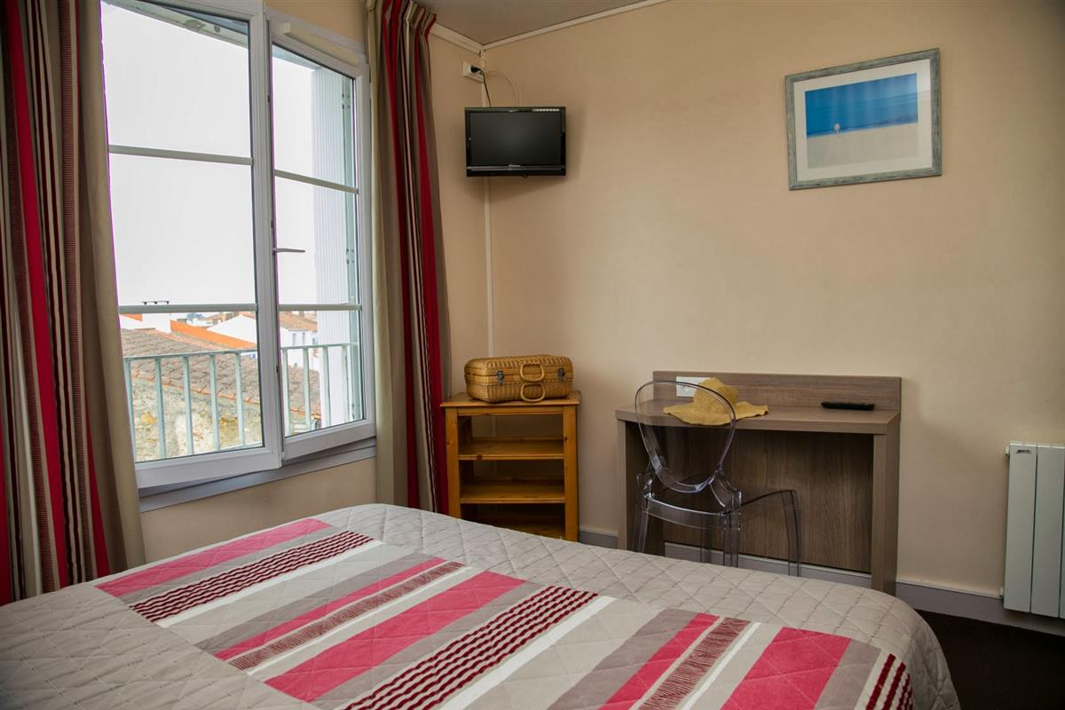Chambre familiale c t village hotel vue mer yeu chambres d 39 hotel p - Hotel port joinville ...