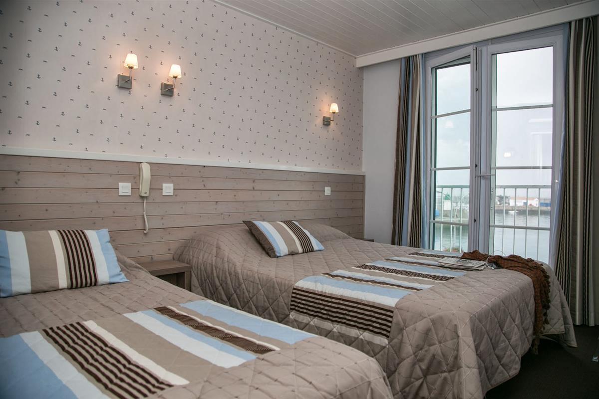 Chambre triple vue port ou c t village hotel vue mer yeu chambres d 39 - Hotel port joinville ...