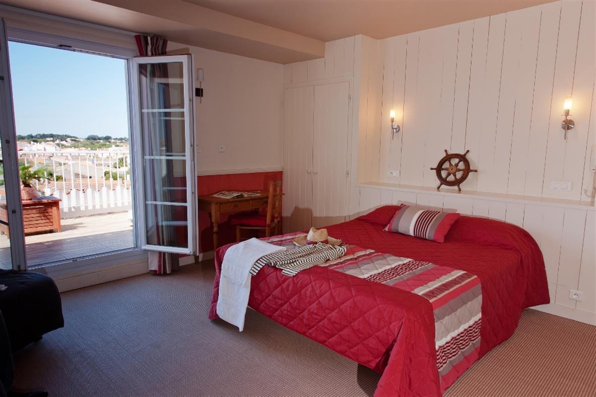 chambre avec terrasse privative hotel vue mer yeu chambres d 39 hotel port joinville hotel. Black Bedroom Furniture Sets. Home Design Ideas